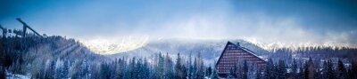 Фотообои зима живописный вид панорамы горы с гостиницей и лыжного трамплина платформы, солнце покрыто облаками