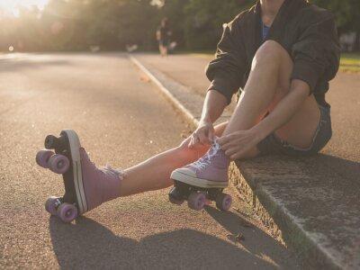 Фотообои Женщина надевает роликовые коньки в парке