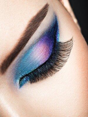Фотообои Женский глаз с синим глазным макияжем