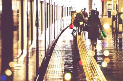 Фотообои 駅 の プ ラ ッ ト ホ ー ム を 歩 く 人 々, 光景