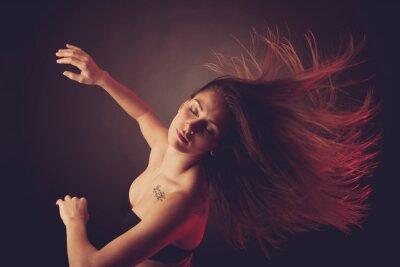 Фотообои Молодая брюнетка женщина кавказской, танцы, волосы течет по воздуху