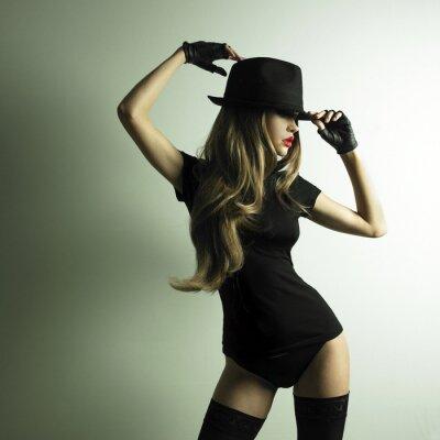 Фотообои Молодая танцующая женщина