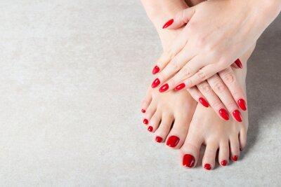 Фотообои Барышня показывает свои красные маникюрные ногти