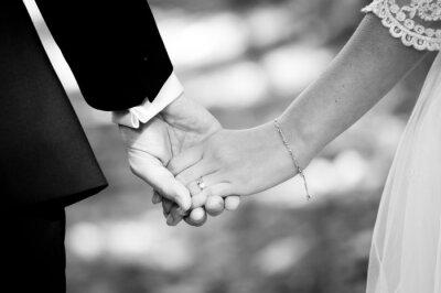 Фотообои Молодые супружеские пары, держась за руки