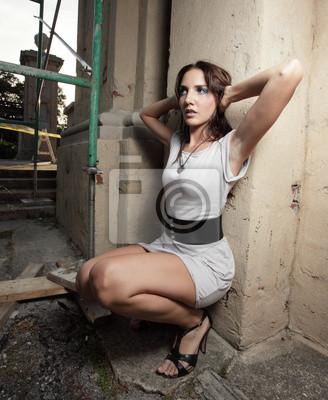 фото женщина сидит на корточках