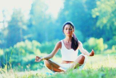 Фотообои Молодая женщина делает йога мероприятия в зеленый парк