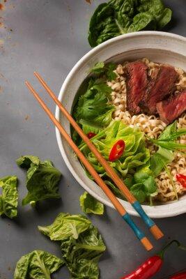 Плакат Чаша китайских лапши рамэн с говядиной, китайской капустой