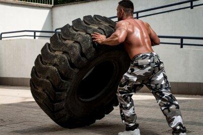 Плакат Мускулистый мужчина участвует в поперечном подходят тренировки