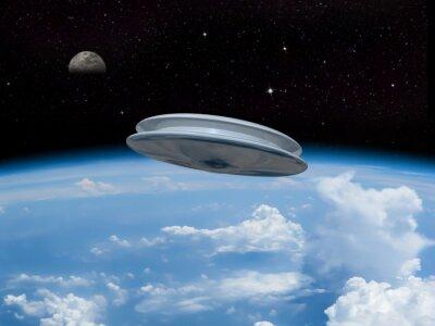 Плакат НЛО входе в атмосферу Земли с Луной видимый на расстоянии. Инопланетное вторжение! Добро пожаловать в наши новые повелители!