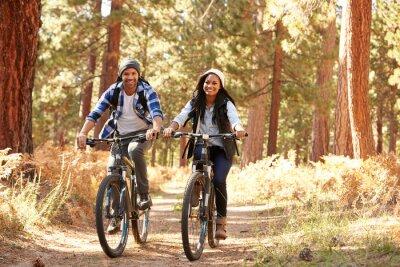 Плакат Афро-американских пара на велосипеде через Fall Woodland