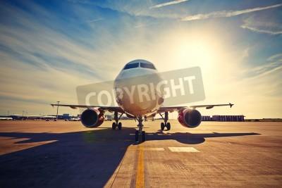 Плакат Самолет выруливает в снять с восходом солнца