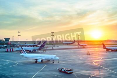 Плакат Аэропорт со многими самолетами на красивый закат