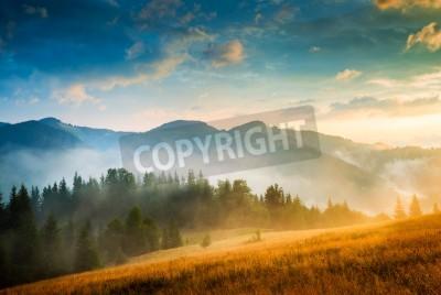 Плакат Удивительный горный пейзаж с туманом и стоге сена