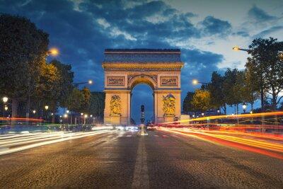 Плакат Триумфальная арка. Изображение знаковых Триумфальной арки в Париже города во время сумерек синий час.