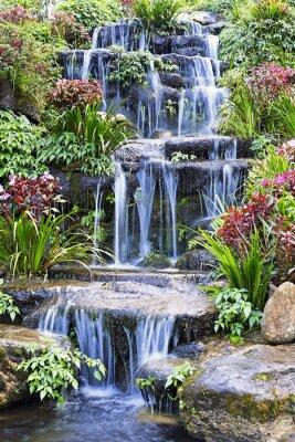 Плакат Искусственный водопад и статуя в саду