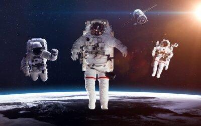 Плакат Астронавт в космическом пространстве на фоне планеты Земля. Элементы этого изображения, предоставленную NASA