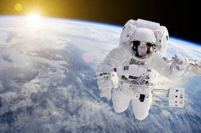 Плакат Астронавт в космосе, в фоновом режиме наша заземлить солнце - Элементы этого изображения, предоставляемые НАСА