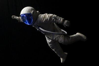 Плакат астронавт в космической миссии в темноте и пространстве