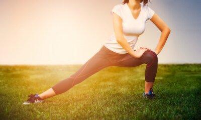 Плакат Спортсмен девушка - спортсменка упражнение на улице, женщина фитнес
