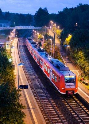 Плакат Станция остановка поезда S-Bahn пригородных поездов в вечернее время
