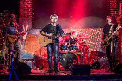 Плакат Группа выступает на сцене