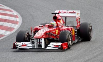Плакат БАРСЕЛОНА, ИСПАНИЯ - 18 февраля 2011: Фернандо Алонсо Ferrari команды за рулем своего автомобиля во время F1 Formula One команды тестовых дней в Каталонии цепи.