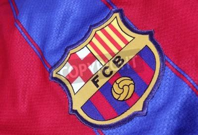 Плакат Барселона, Испания - 28 января 2012: гребень Барселоне футбольного клуба на официальном трикотажа. Барселона была основана в 1899 году.