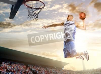 Плакат Баскетболист в действии на фоне неба и толпы