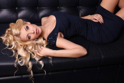 Плакат красивая очаровательная женщина с длинными светлыми волосами носит элегантное платье и аксессуары