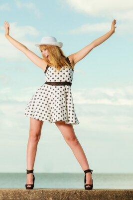 Плакат Красивая ретро девушка в стиле в полька пунктирная платье.