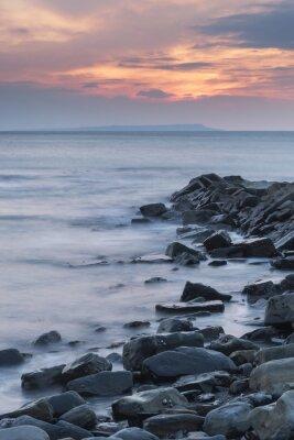 Плакат Красивый закат пейзаж изображение скалистой береговой линии в Kimmeridg