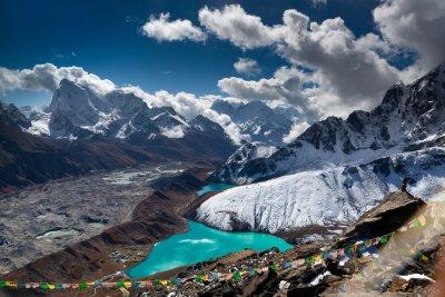 Плакат Красивая бирюза озеро высоко в горах. Непал, национальный парк Эверест. Вид из Gokyo Ri (5357 м).