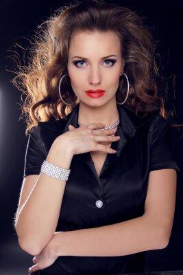 Плакат Красивая женщина с вьющимися волосами и вечерний макияж. Ювелирные изделия и