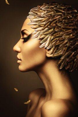 Плакат красивая женщина с золотой перо шляпе