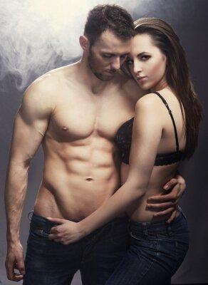 Плакат Красивые молодые улыбающиеся пара в любви, охватывающей помещении