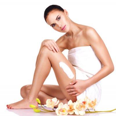 Плакат Красивая молодая женщина с кремом.
