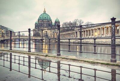 Плакат Берлинский собор (Berliner Dom) и Музейный остров (Museumsinsel) отражение в луже, Берлин, Германия, Европа, марочные фильтруется стиле