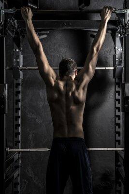 Плакат Бодибилдинг, Молодой Спортивное Сильный Человек, показывая мышцы спины, работающих на фитнес-бар, сильный контраст с ненасыщенными Гранж фильтра