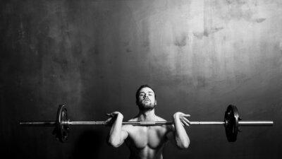 Плакат Бодибилдинг, Молодой Спортивное Сильный Человек тяжелой атлетике, черный и белый в студии