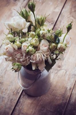 Плакат Букет из роз в металлическом горшке на деревянной фоне, винтажный стиль