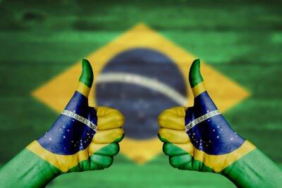 Плакат Бразилия флаг окрашены на женских руках пальцы вверх