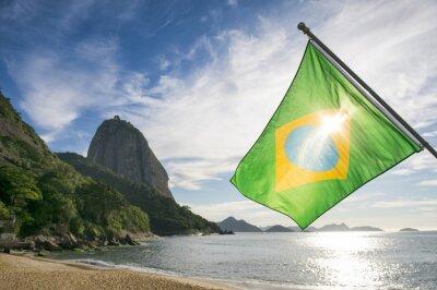 Плакат Бразильский флаг на Прайя Вермелья Red Beach с видом на восход солнца горы Сахарная Пао де Acucar в Рио-де-Жанейро, Бразилия