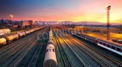 Плакат Грузовой freigt поезд на железнодорожном вокзале в сумерках