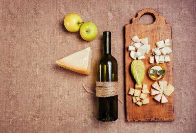 Плакат Сырное ассорти убранным с медом, яблоко и бутылка вина на