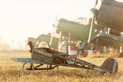 Плакат Ребенок модель самолета на стоянке с ретро-самолетов