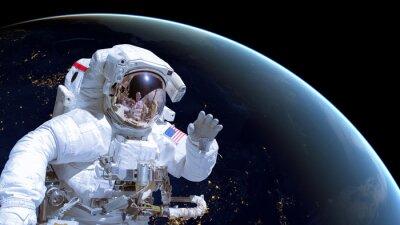 Плакат Закройте космонавта в космическом пространстве, земля ночью в фоновом режиме. Элементы этого изображения оформлены НАСА