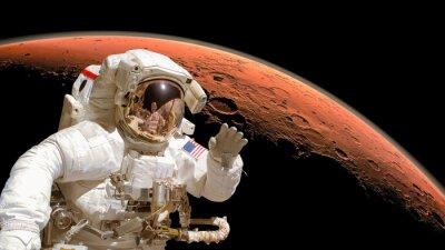 Плакат Закройте космонавта в открытом космосе, планета Марс в фоновом режиме. Элементы изображения оформлены НАСА