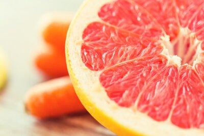 Плакат крупным планом свежего сочного грейпфрута фрагмент на столе