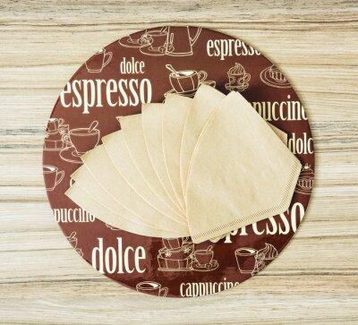 Плакат Кофе тематические круглые поднос и фильтры для кофе на деревянном backgr