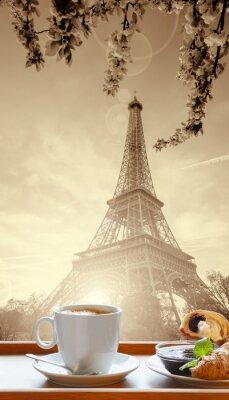 Плакат Кофе с круассанами против Эйфелевой башни в Париже, Франция